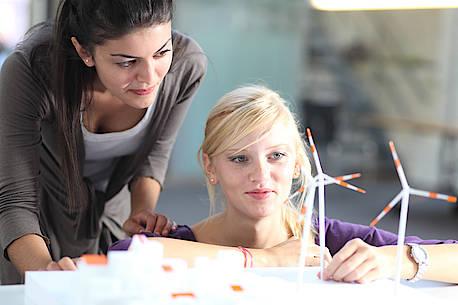 Zwei Studentinnen begutachten zusammen ein Modell