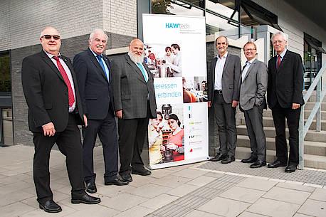 Die Rektoren und Präsidenten stehen vor der FH Aachen, wo die Geschäftsstelle des Verbunds für die nächsten beiden Jahre angesiedelt ist.